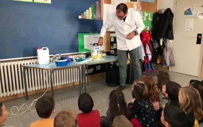 El químic, Sr. Albert Sanmartín, ofereix als alumnes de P5 una demostració del procés de regenaració de l'aigua.
